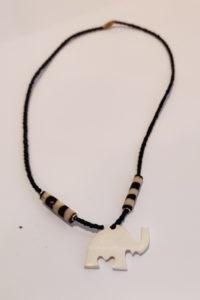 Finnkibu-Kaulakorut-lehmän-sarvesta-pienillä-helmillä-valkoinen